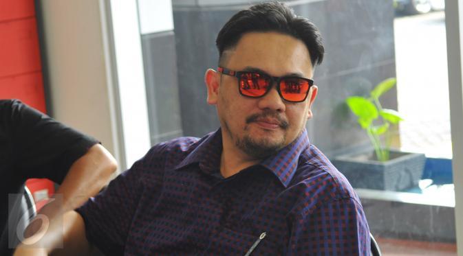 Farhat Abbas saat berada di Kejaksaan Negeri Jakarta Selatan, Kamis, (1/10/2015). Kejari Jakarta Selatan resmi menetapkan Farhat Abbas sebagai tahanan kota selama 20 hari ke depan. (Liputan6.com/Faisal R Syam)
