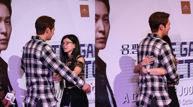 Penonton beruntung yang mendapat pelukan hangat Joo Won