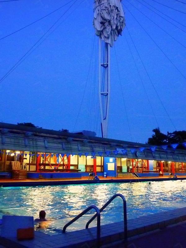 Piscine Roger le Gall, tempat di mana bisa berenang telanjang di Paris. | via: paris.fr