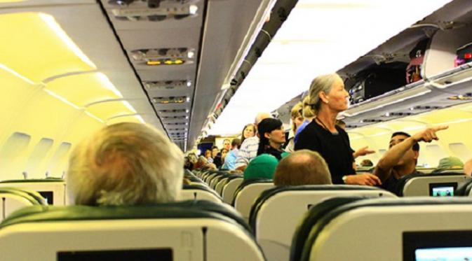 Jangan jadikan kursi penumpang di depan Anda sebagai tumpuan (sumber. smarter travel)