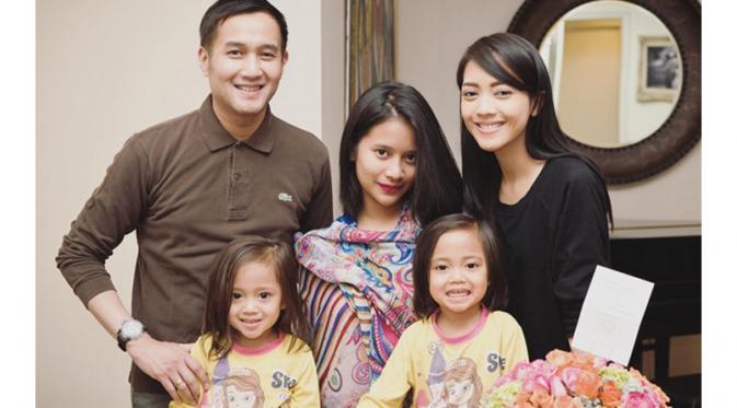 Ririn Dwi Ariyanti dan Aldi Bragi bersama tiga orang anak mereka. [Foto: Instagram]