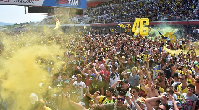 Fans Valentino Rossi di Sirkuit Mugello. (AFP Photo/Gabriel Bouys)