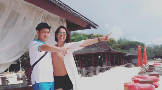 Elly Sugigi dan Ferry Anggara mendapat kesempatan liburan ke Lombok [foto: instagram/elysugigi]