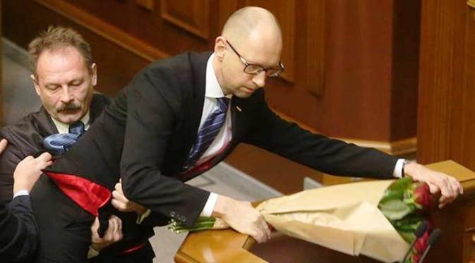 Perdana Menteri Ukraina, Arseny Yatseniuk ditarik paksa dari podium (Kiev Post)