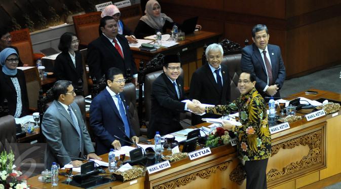 Wakil Ketua Badan Legislasi (Baleg) DPR Firman Soebagyo (berbaju batik) menyerahkan laporan kepada pimpinan DPR saat Rapat Paripurna ke-13 Masa Persidangan II tahun 2015-2016 di Komplek Parlemen, Jakarta, Selasa (15/12/2015). (Liputan6.com/Johan Tallo)