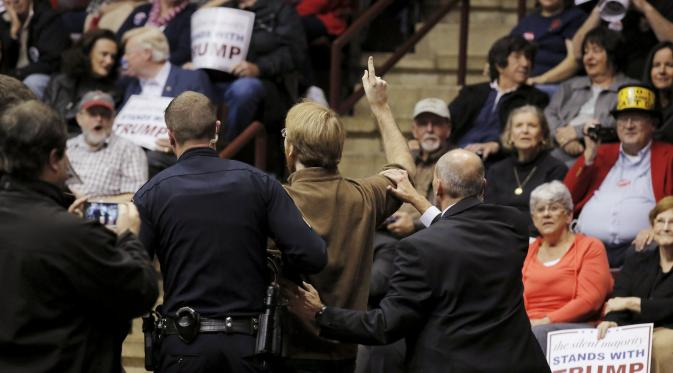Sejumlah orang diusir keluar dari kampanye Donald Trump (REUTERS/Chris Keane)