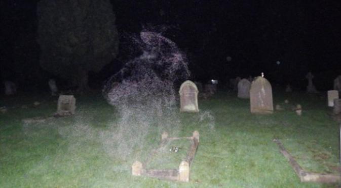 Penampakan mirip dewa kematian dengan jubah bertudung di pemakaman. (foto: Dean Johnson)