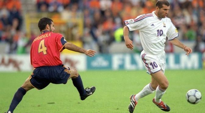 Playmaker tim nasional Prancis, Zidane Zidane (kanan) dan gelandang Spanyol, Pep Guardiola, pada perempat final Piala Eropa 2000, di Jan Breydel Stadium, 25 Juni 2000. (UEFA).