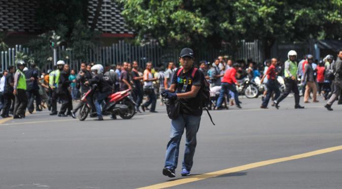 Salah satu pelaku penembakan di persimpangan Sarinah, Jalan MH Thamrin, Jakarta, tertangkap kamera, Kamis (14/1). Pelaku mengeluarkan senjata di tengah kepanikan warga pasca ledakan bom. (REUTERS/Veri Sanovri/Xinhua)