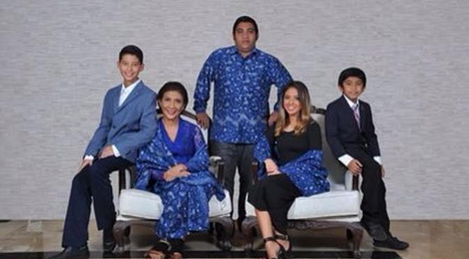 Menteri Susi Pudjiastuti berfoto bersama keluarga, termasuk di antaranya Panji Hilmansyah. (Dok. Keluarga)