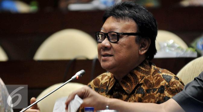 Menteri Dalam Negri Tjahjo Kumolo saat menghadiri Rapat Dengar Pendapat (RDP) dengan Komisi II DPR RI, di Kompleks Parlemen, Jakarta, Senin (18/1). Rapat membahas Evaluasi Pilkada Serentak, Perubahan UU Politik. (Liputan6.com/Johan Tallo)