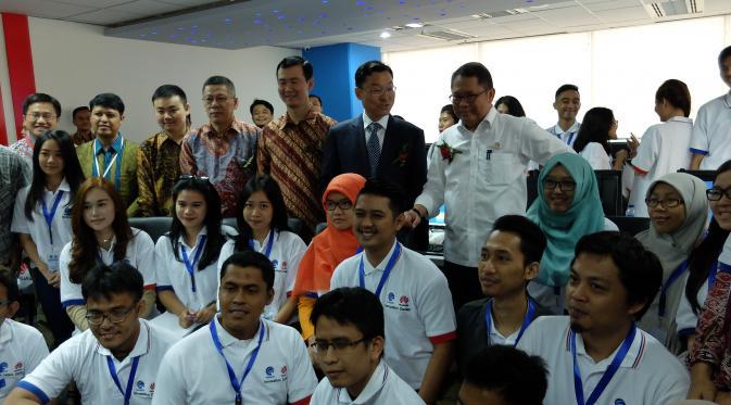 Menkominfo Rudiantara, CEO Huawei Indonesia Sheng Kai bersama peserta pelatihan Technopreneur di Pusat Inovasi Huawei-Kominfo. (Jeko Iqbal/Liputan6.com)