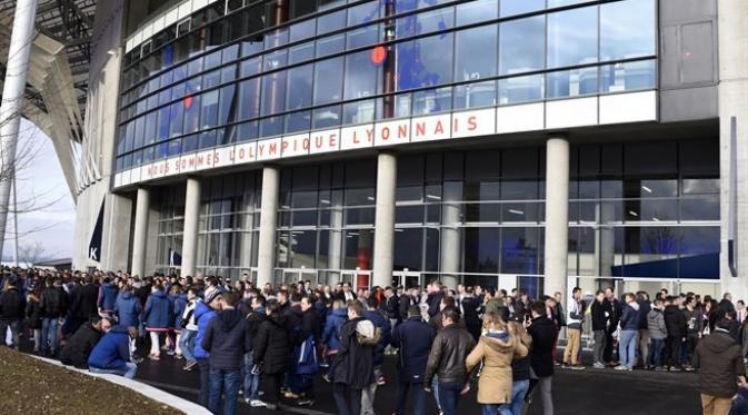 Suasana para suporter Lyon di Stade de Lyon, Prancis. (UEFA).