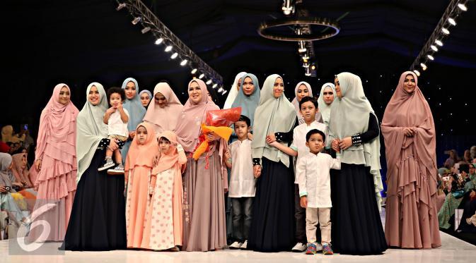 Sejumlah selebriti mengenakan busana muslim Si.Se.Sa: Syar'i for Urban, Jakarta, Rabu (10/2). Peragaan menampilkan 61 koleksi dalam tujuh rangkaian babak produk terbaru Si.Se.Sa dengan rentang warna pastel yang lebar. (Liputan6.com/Immanuel Antonius)