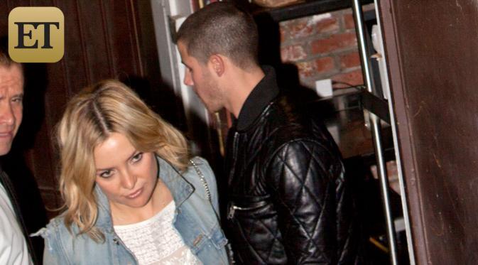 Kate Hudson dan Nick Jonas (via etonline.com)