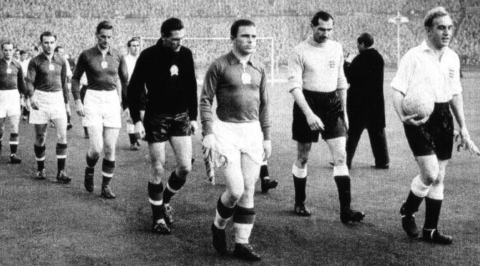 Legenda tim nasional Hungaria, Ferenc Puskas (kiri, kapten), saat ingin menjalani pertandingan uji coba melawan Inggris, di Wembley, 25 November 1953. (AFP/Zoltan Thaly Jr).