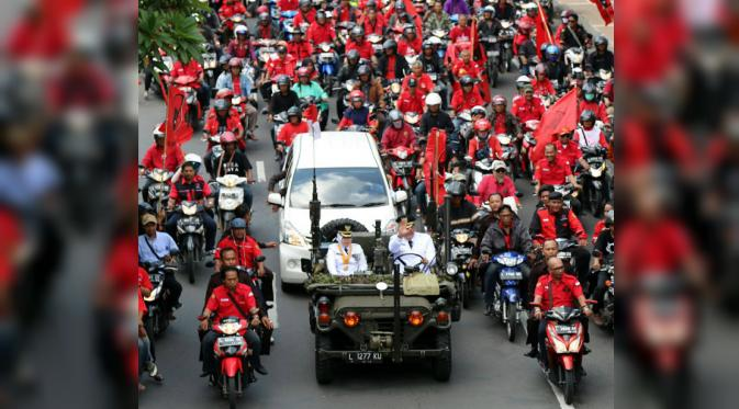Wali Kota dan Wakil Wali Kota Surabaya Risma-Whisnu diarak keliling kota (Liputan6.com/ Dian Kurniawan)