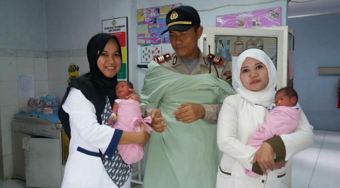 Petugas Polsek Metro Tangerang Kota bantu lahiran seorang tuna wisma (Liputan6.com/Istimewwa)