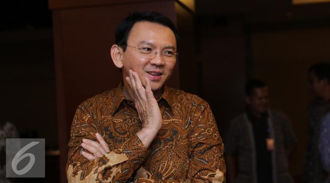 Gubernur DKI Jakarta Basuki T Purnama alias Ahok memberikan keterangan usai menonton film Comic 8 di Djakarta Theatre, Jakarta, Jumat (18/3). Film comic 8  tersebut menembus lebih dari satu juta penonton. (Liputan6.com/Herman Zakharia)