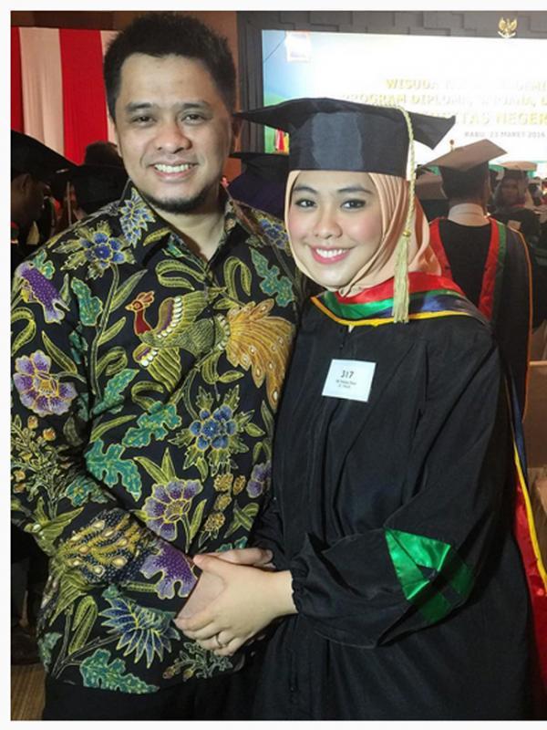 Ory Vitrio, sang suami juga merasa bersyukur dan terus menyemangati istrinya untuk terus melanjutkan studi S3. (Instagram/okisetianadewi)