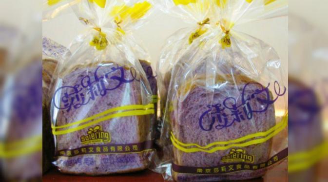 Roti ungu memiliki tekstur lembut dan rasa yang sama seperti roti putih. (odditycentral)