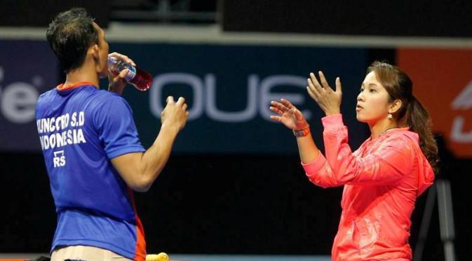 Tunggal putra Indonesia, Sony Dwi Kuncoro, mendengarkan instruksi dari pelatih yang jugau  istrinya, Gading Safitri, saat pertandingan kontra Lin Dan di semifinal Singapura Terbuka, Sabtu (16/4/2016). (Badzine)