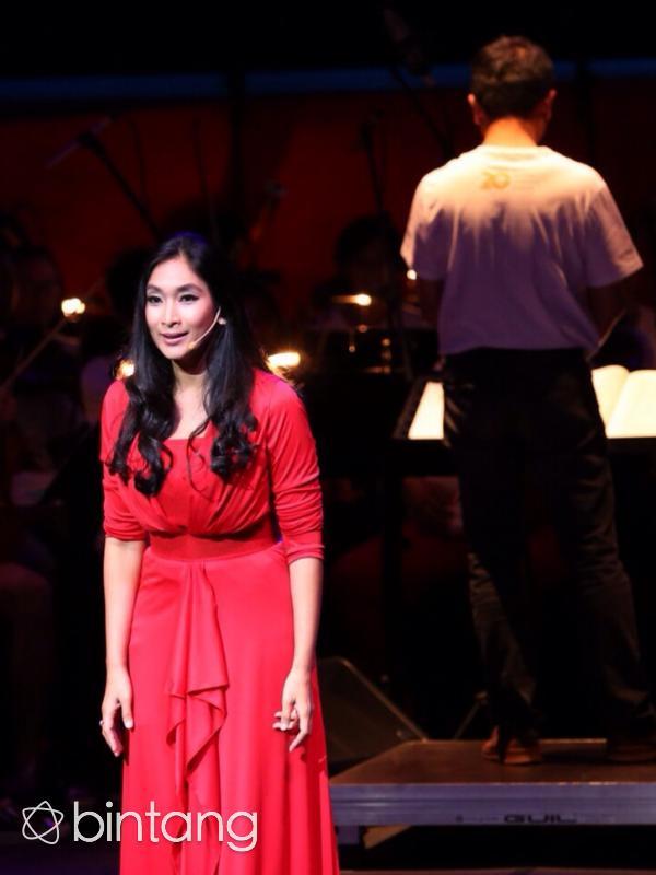 Happy Salma dipercaya sebagai penutur cerita dalam pementasan opera klasik Carmen. Pengalaman berbeda dirasakan Happy Salma dalam opera yang diarahkan sutradara asal Belanda, Jos Groenier. (Andy Masela/Bintang.com)
