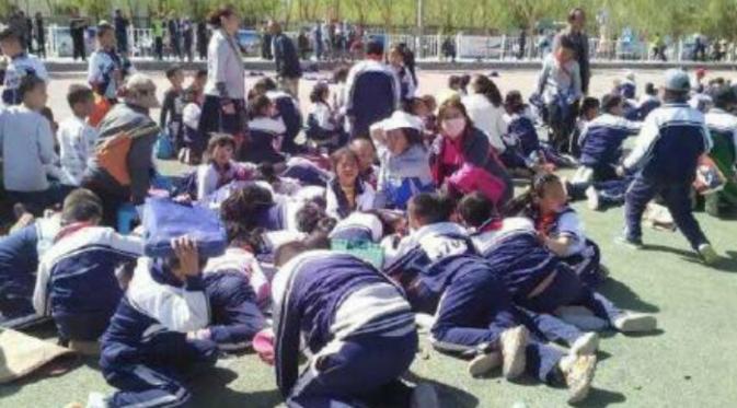Dalam video berdurasi 44 detik yang dilansir dari situs berbagai video, bocah tersebut terangkat ke udara di depan teman-teman sekelasnya.(Shanghaiist.com)