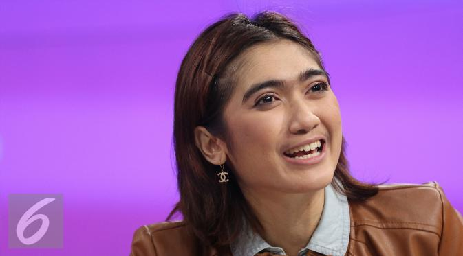 Revi Mariska saat menjadi bintang tamu di acara Dear Haters, SCTV Tower, Jakarta, Kamis (28/4/2016). (Liputan6.com/Herman Zakaria)