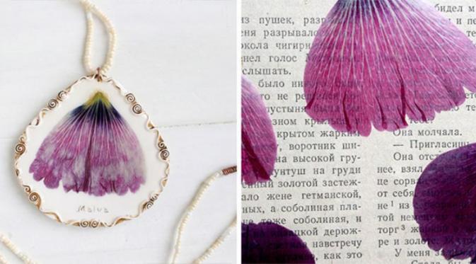 Bukan lagi ilusi bila bunga juga bisa hidup dan tetap indah dalam perhiasan. (via: Boredpanda.com)
