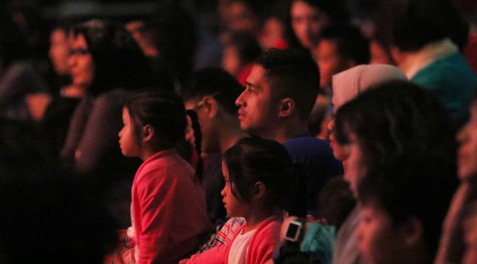 Presenter Irfan Hakim dan keluarga saat menonton drama musikal Madagascar Live! di ICE BSD, Serpong, Tangerang (05/05/2016).