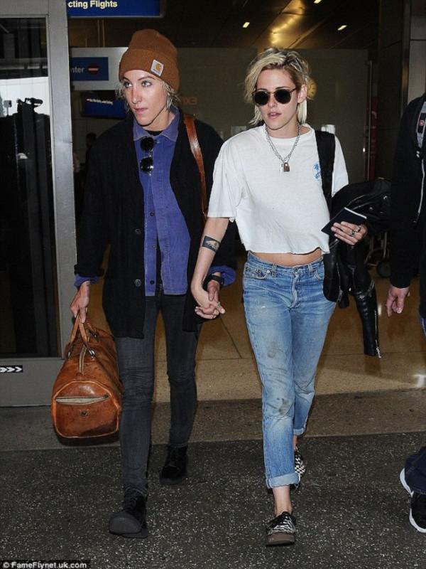 Kristen Stewart dan Alicia Cargile (via. Daily Mail)
