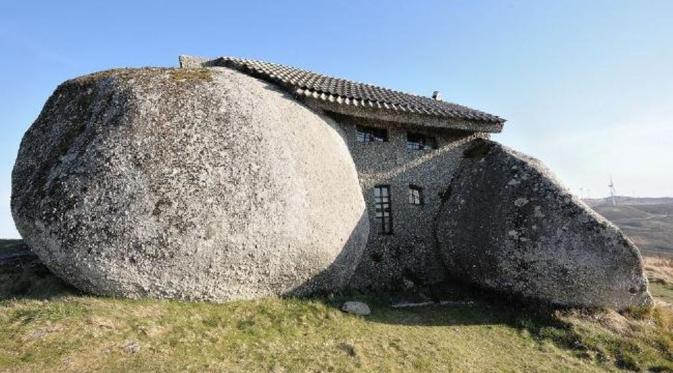 Rumah batu tersebut terletak di dekat Pegunungan Aus, Portugal (News.com.au)