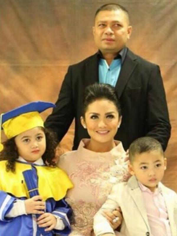 Krisdayanti, Raul Lemos, dan anak-anaknya. (Instagram - @krisdayantilemos)