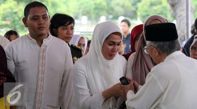 Marini Zumarnis terlihat menangis di acara pemakaman ayahnya, Zumarnis Zein di TPU Karet Bivak, Jakarta, Jumat (17/6/2016). [Foto: Herman Zakharia/Liputan6.com]