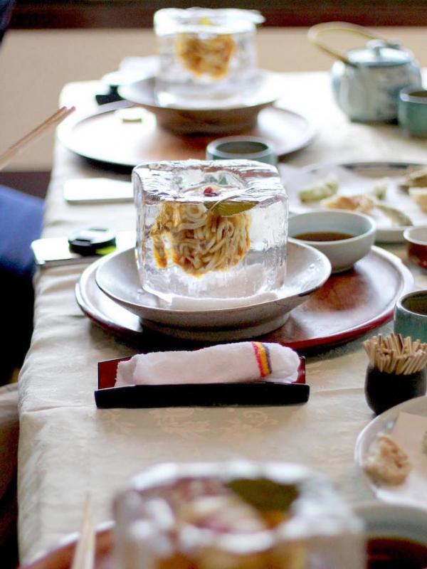 Mie ini disajikan dalam balok es batu di restoran Tempura Matsu. Sumber : mymodernmet.com