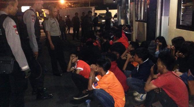 Sebagian The Jakmania yang terjaring razia aparat Polresta Depok. (Liputan6.com/Ady Anugrahadi)