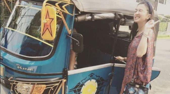 Raline Shah naik bajaj. (Instagram)