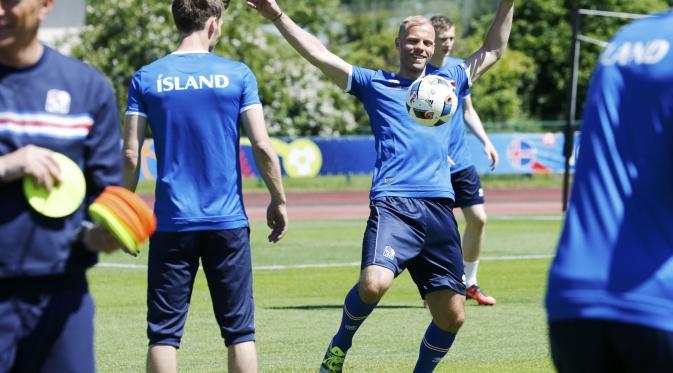Eidur Gudjohnsen adalah generasi 2004 terakhir yang masih ada di skuat Islandia. (REUTERS/Denis Balibouse)