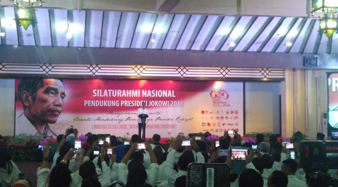 Jokowi berharap para relawan berani melaporkan kejanggalan yang mereka temui, dalam pembangunan di daerah. (Liputan6.com/Muslim AR)