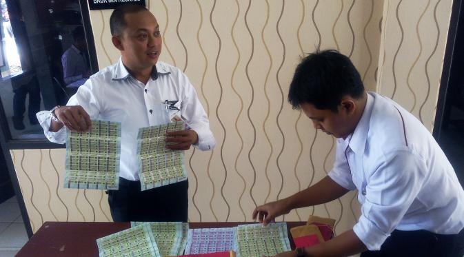 Barang bukti materai palsu yang disita Polres Bandung, Jawa Barat. (Liputan6.com/Aditya Prakasa)