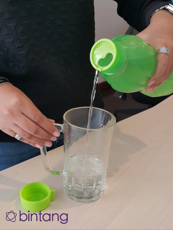Selain makanan sehat, saat di kantor kamu juga harus rajin minum air putih. (Foto by Gadis Abdul/Bintang.com)