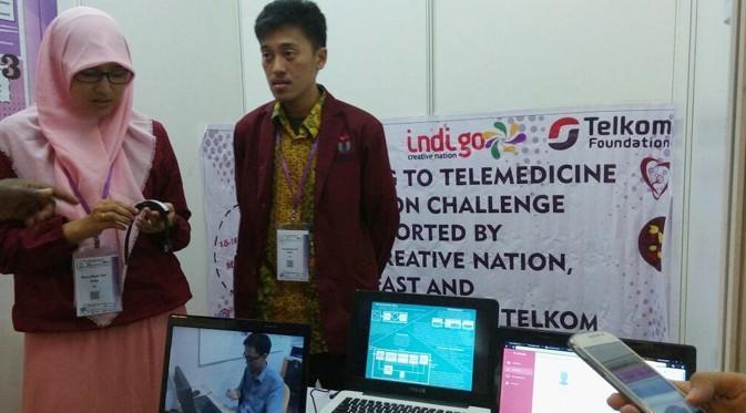 Shamila (kiri) dan tim Pulse Telkom University (TelU) di booth Telemedicine Innovation Challenge di Malaysia. (Foto: Istimewa)