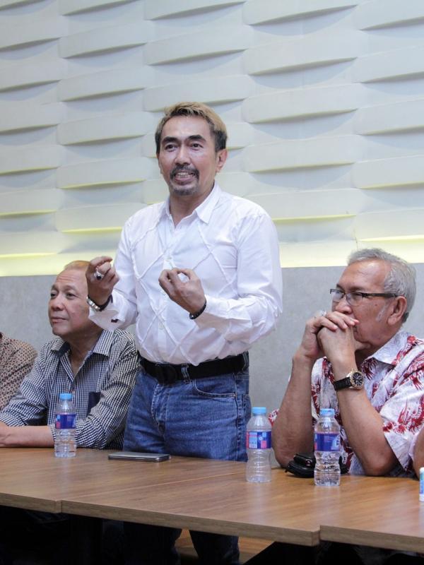 Gatot Brajamusti bersama dengan para anggota senior PARFI
