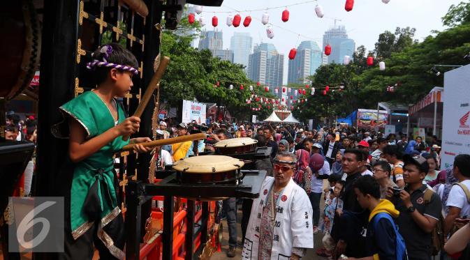Arak-arakan kebudayan Jepang saat Jak-Japan Matsuri di Senayan, Jakarta, Sabtu (3/9). Jak-Japan Matsuri tersebut menampilkan beragam pentas seni dan budaya khas Jepang. (Liputan6.com/Angga Yuniar)