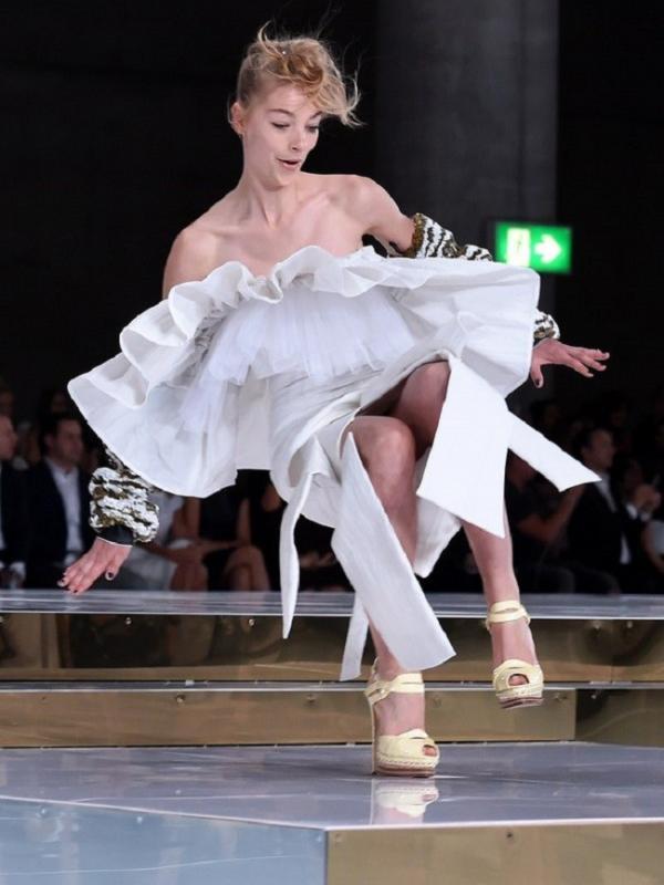 Tak sedikit model profesional yang jatuh ketika berjalan di catwalk. (via. teenvogue)