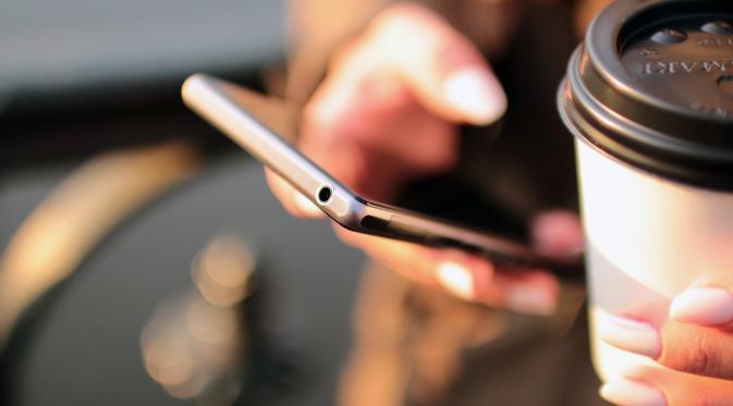 Teknologi bisa mendekatkan yang jauh dan menjauhkan yang dekat. (Foto: talkandroid.com)