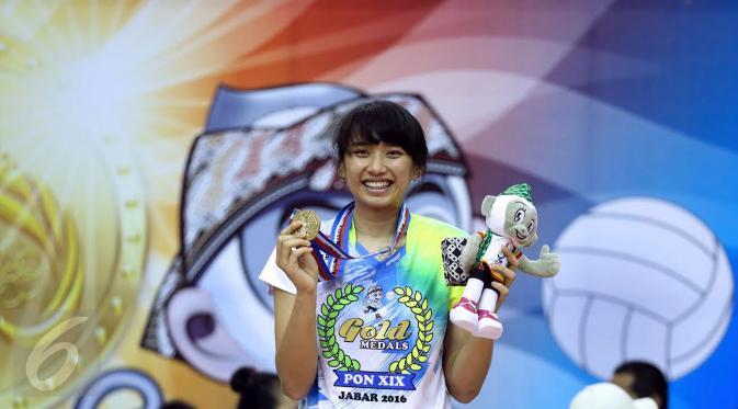 Pevoli putri Jawa Barat, Yolla Yuliana saat menerima medali emas PON XIX usai mengalahkanJawa Timur di Gelora Sabilulungan Si Jalak Harupat, Kab Bandung, Rabu (28/9). Jawa Barat unggul tiga set 25-16, 25-17, 25-21. (Liputan6.com/Helmi Fithriansyah)