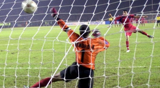 Kiper Timnas Indonesia, Hendro Kartiko, gagal membendung penalti Manit Noyvach (Thailand) di final Piala AFF 2002. (AFP/Weda)