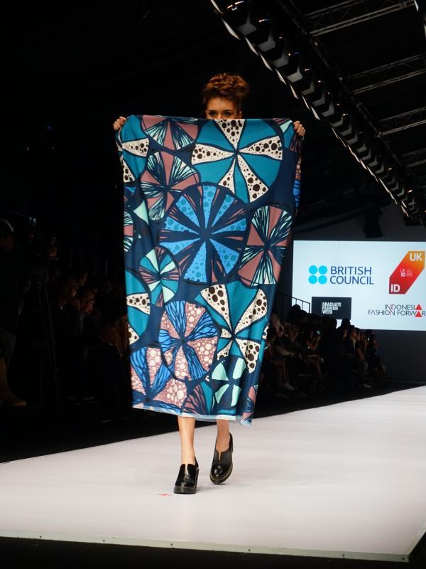 Koleksi Billie Jacobina yang berkolaborasi dengan Lekat dalam peragaan busana British Council di Jakarta Fashion Week 2017.